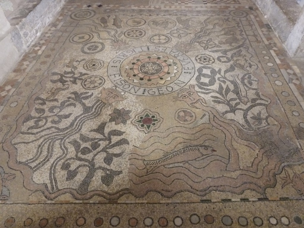 La mosaïque des quatre fleuves servait de tapis d'autel et a été probablement réalisée avec des fragments de décor antique.