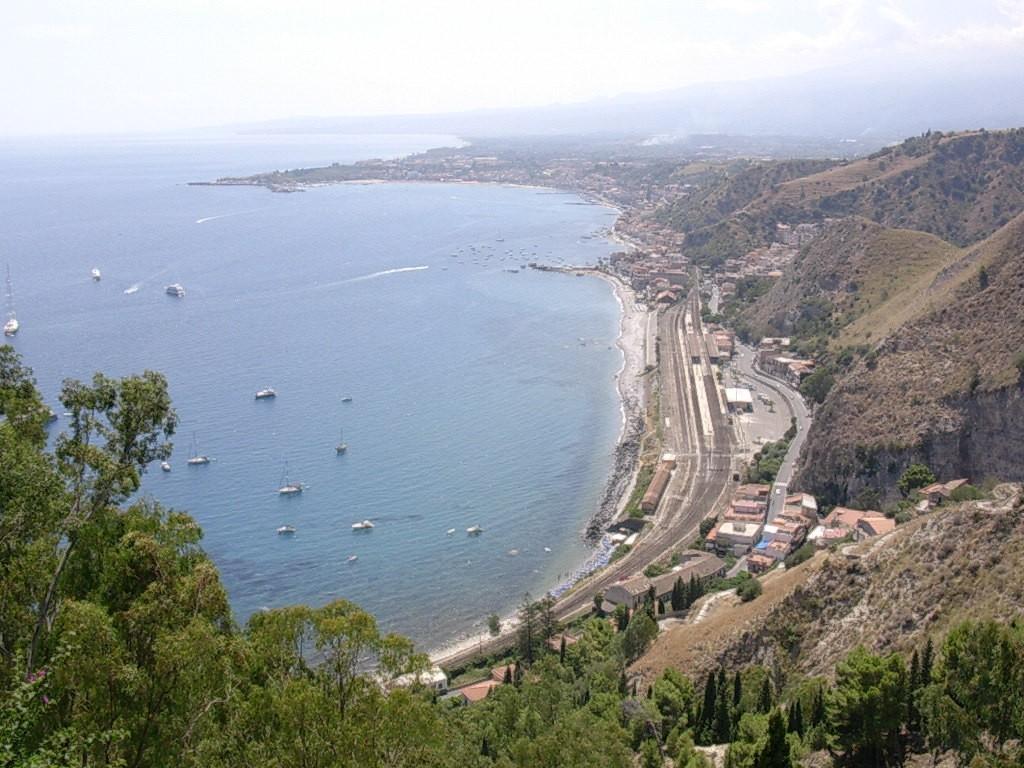 La côte vue depuis le parc (avec les pentes de l'Etna au fond)