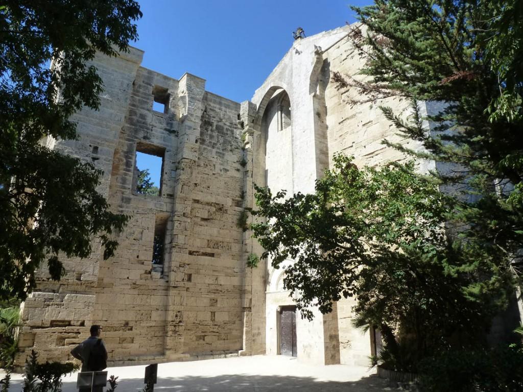 La façade occidentale de la cathédrale était protégée par la tour Saint-Jean (disparue) et la tour de l'évêque (à gauche).