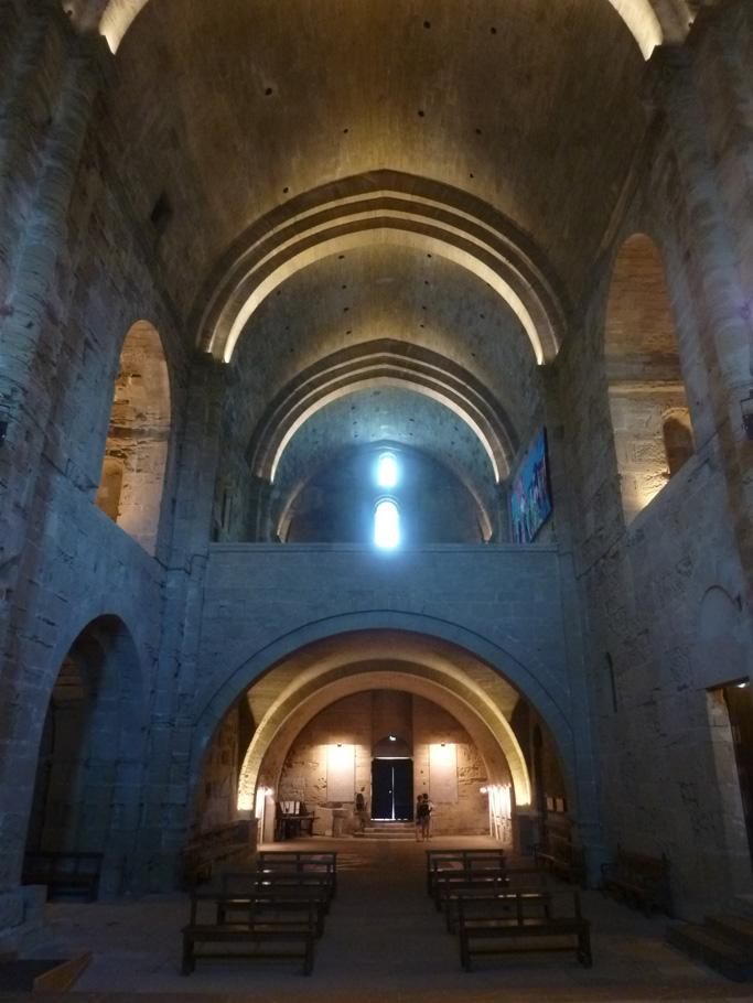 Deux travées de la nef sont occupées par la tribune.