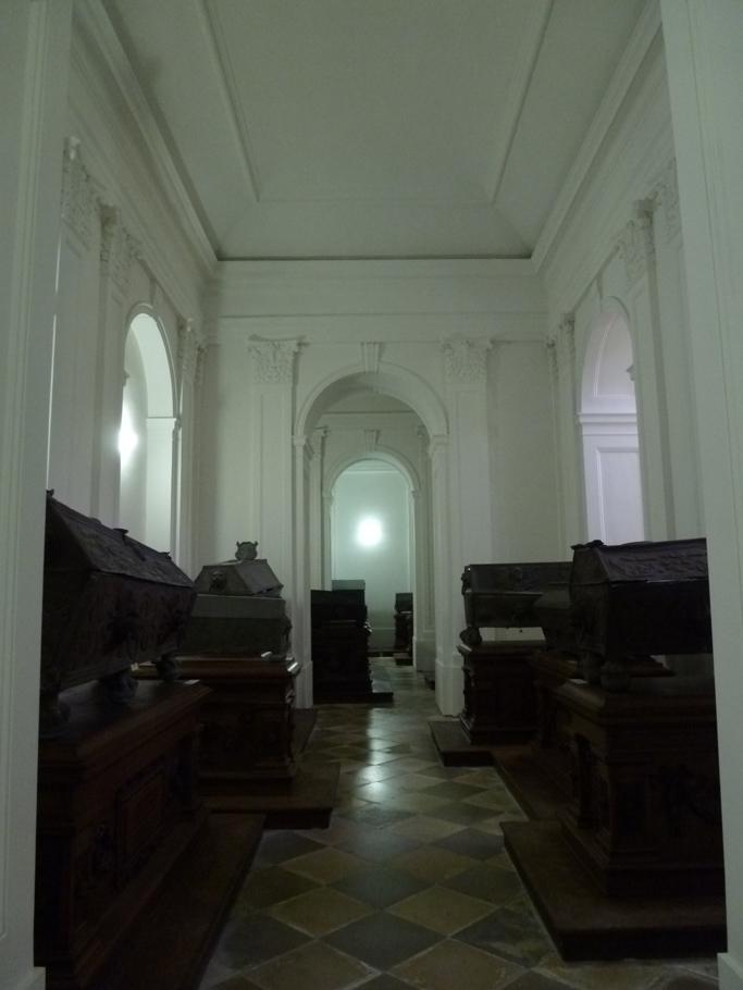 L'ancien collatéral Sud occupé par les sarcophages