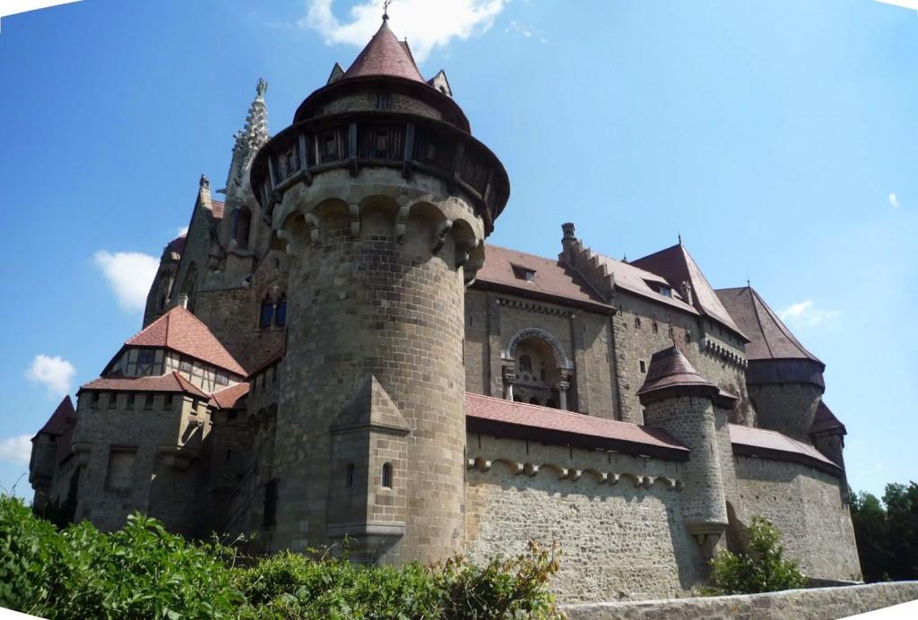 Le château de Kreuzenstein vu du sud-ouest avec la tour d'angle défendant la porte principale au premier plan.