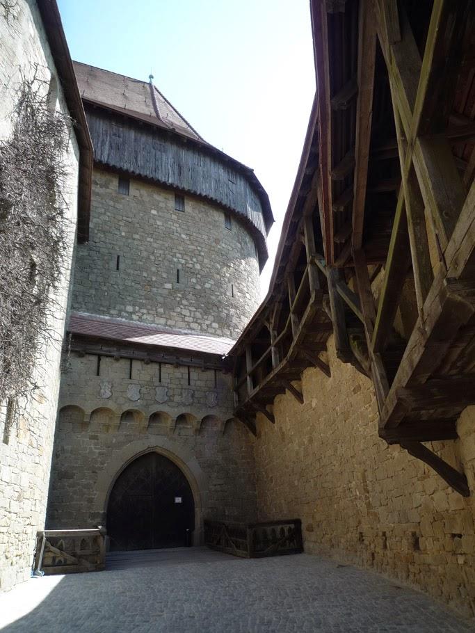 La porte de la tour semi-circulaire, dont les battants viennent de l'arsenal d'Innsbruck, donne accès à la cour intérieure.