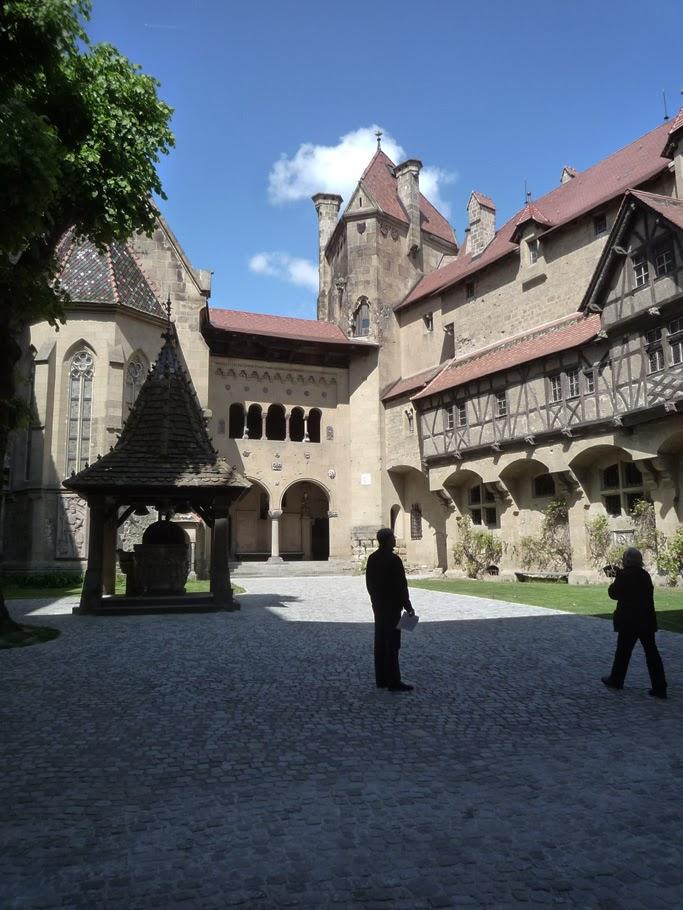 La cour intérieure avec la chapelle, la loggia vénitienne et la maison à colombage de Nuremberg.