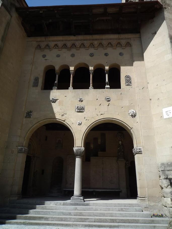 Des traces d'impact de balles datant de la 2nde Guerre sont encore visibles sur la loggia romane vénitienne.