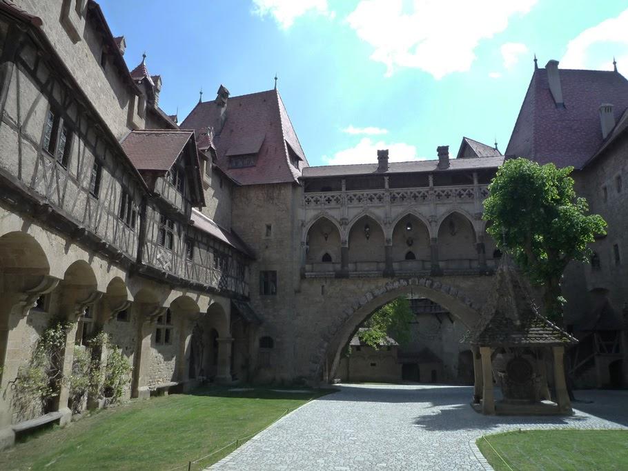La maison à colombage de Nuremberg et le pont gothique qui servait de tribune d'orgue dans la cathédrale de Košice.