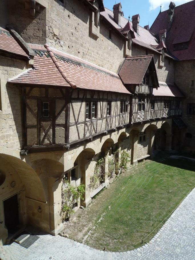 La maison à colombage de Nuremberg vue depuis la loggia romane provenant de Venise.