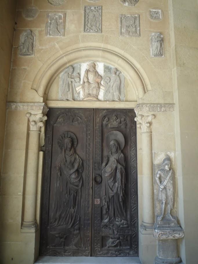 Sous la loggia vénitienne, la porte provient d'une église de la région de Straßwalchen. A droite la statue de Roland.