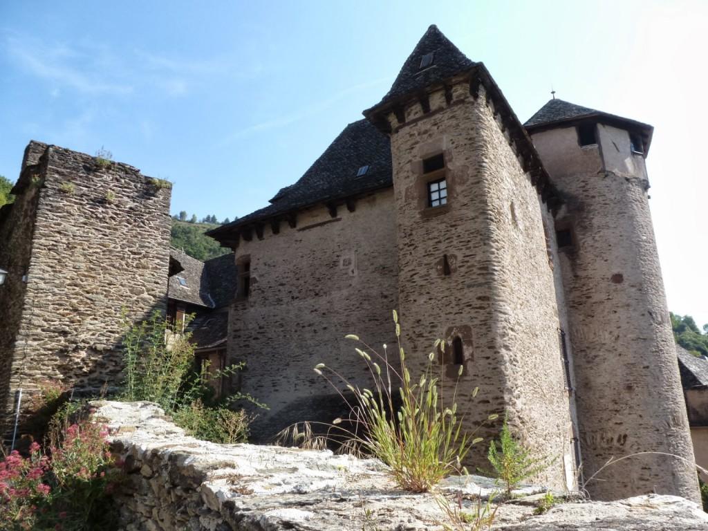 Le château d'Humières côté enceinte (A gauche, la fenêtre d'angle reprend l'arrondi de l'angle du bâtiment)