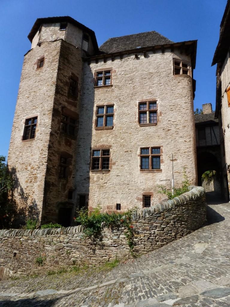 Le château d'Humières côté ville (avec la fenêtre d'angle plane)