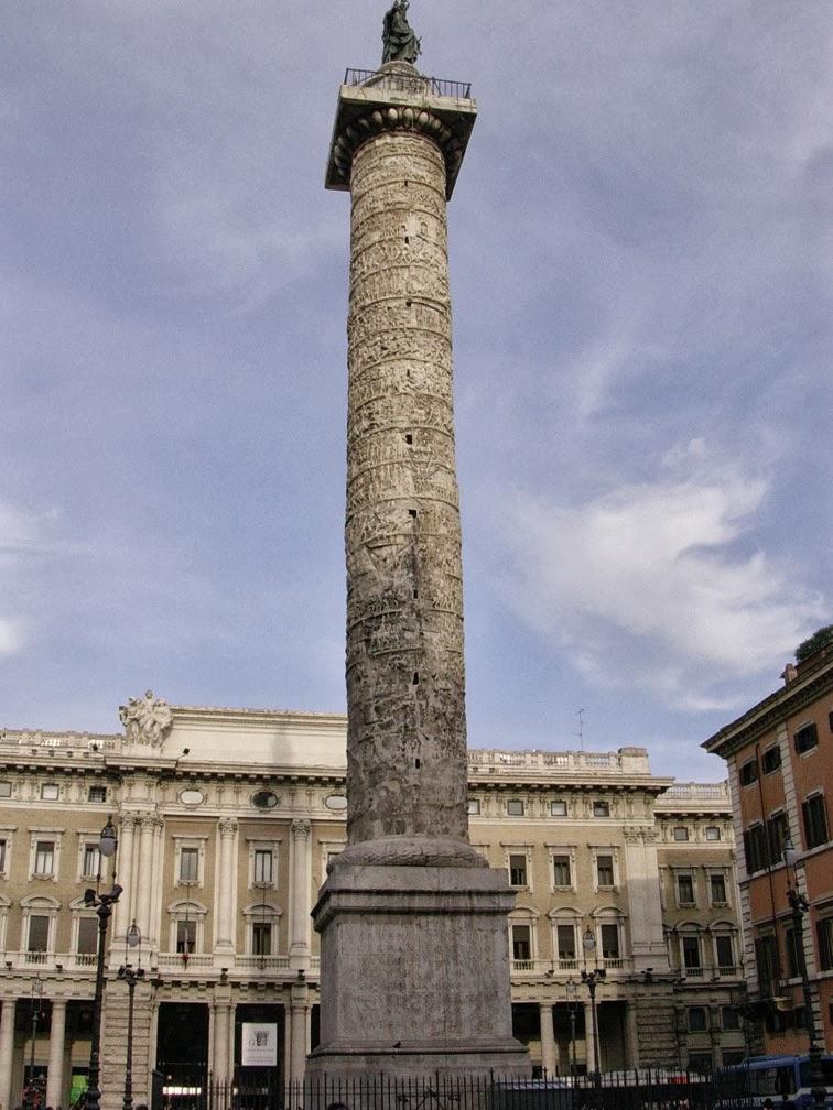 La colonne de Marc-Aurèle (Piazza Colonna à Rome), inspirée de la colonne Trajane et construite à la fin du IIème siècle, relate les guerres contre les germains et les sarmates au cours desquelles à été gravée l'inscription de Trenčín.