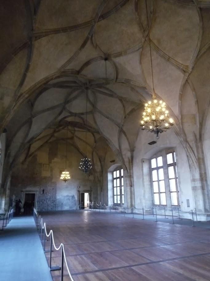 La salle Vladislav dans l'ancien palais royal de Prague (dont une copie de la voute couvre la salle des chevaliers du château de Kreuzenstein).