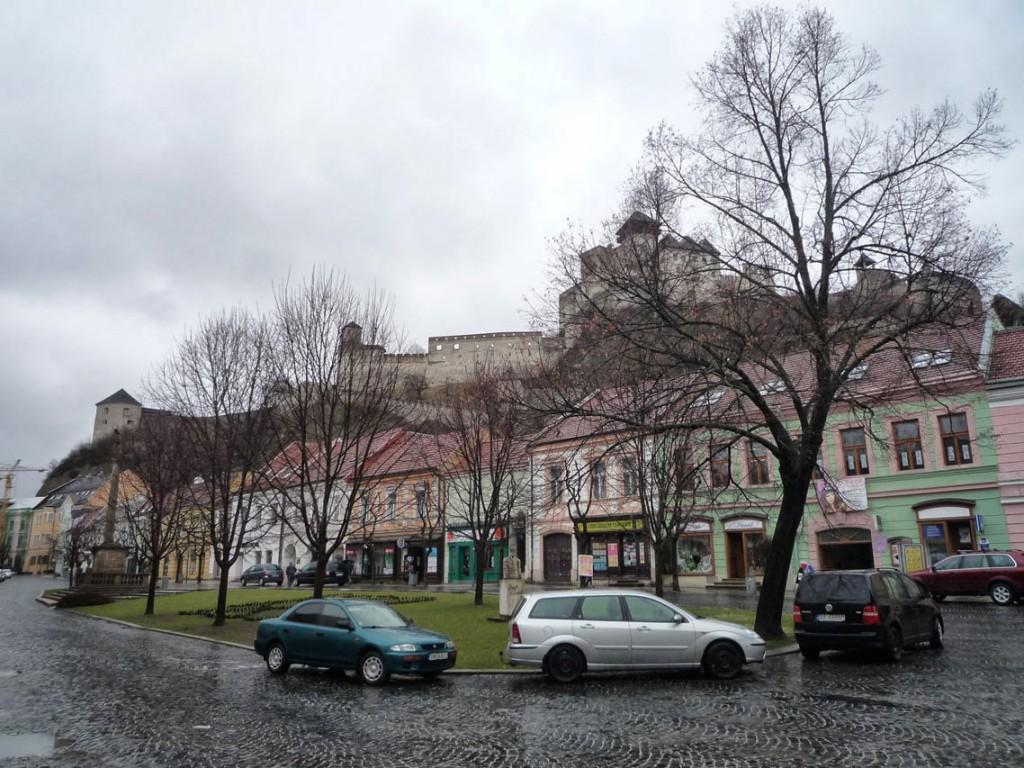 La place centrale de Trenčín avec le château surplombant la ville