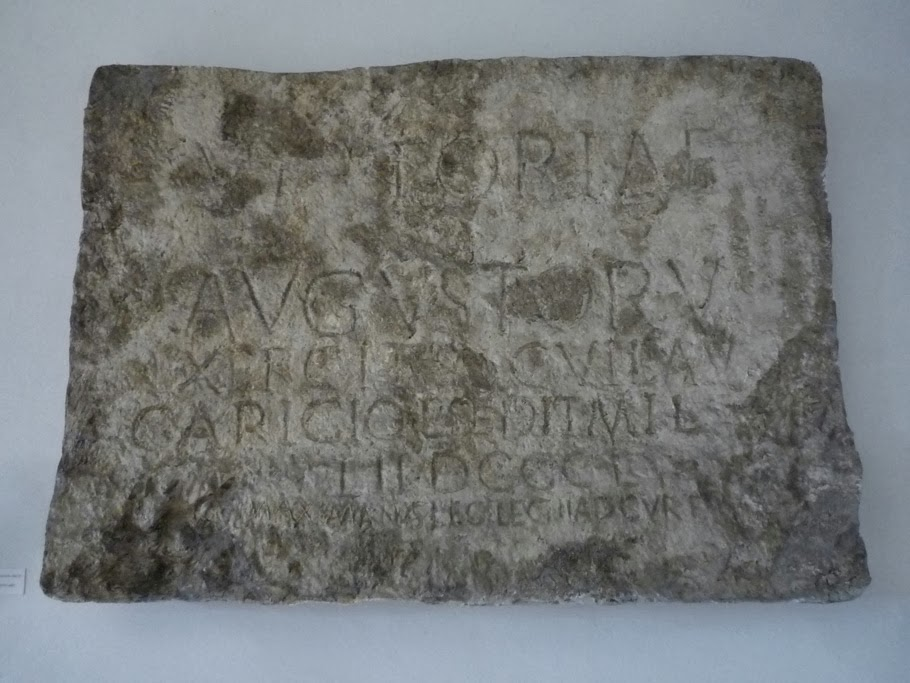 Une copie de l'inscription à l'échelle réelle se trouve dans le château de Trenčín.