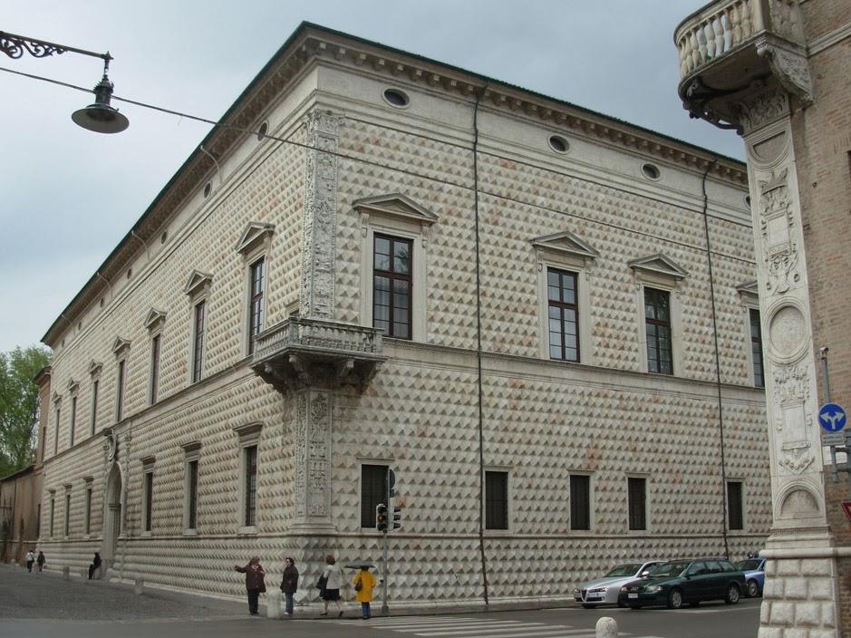 """L'angle du bâtiment donnant sur les deux principales voies de """"l'addition herculéenne"""" est décoré par des pilastres et un balcon."""