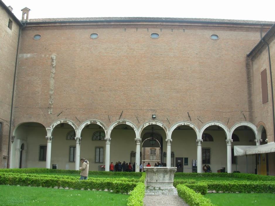 La cour intérieure du palais est assez sobre et contraste avec les façades donnant sur la rue.