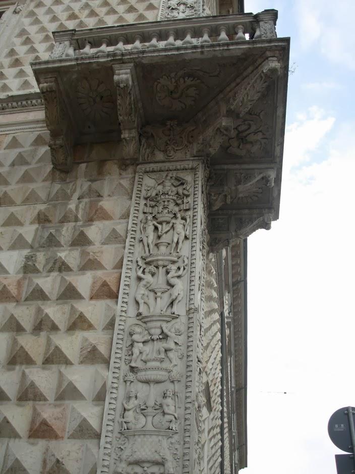 Les pilastres et le balcon ont été réalisés par le tailleur de pierre Gabriele Frisoni.