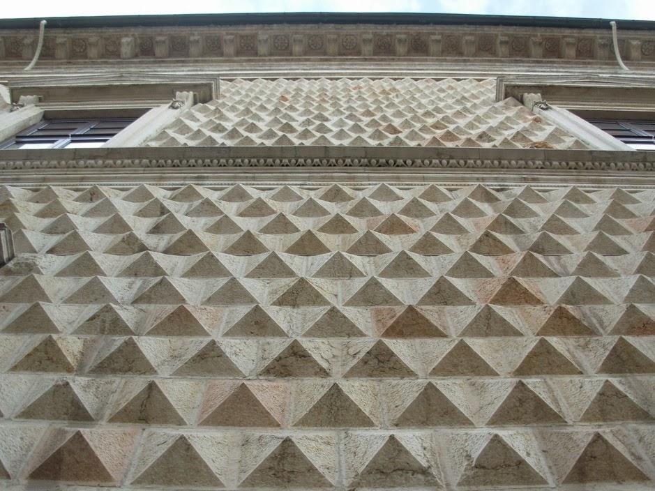 La façade du palais des Diamants est recouverte d'environ 8550 pointes en marbre blanc.