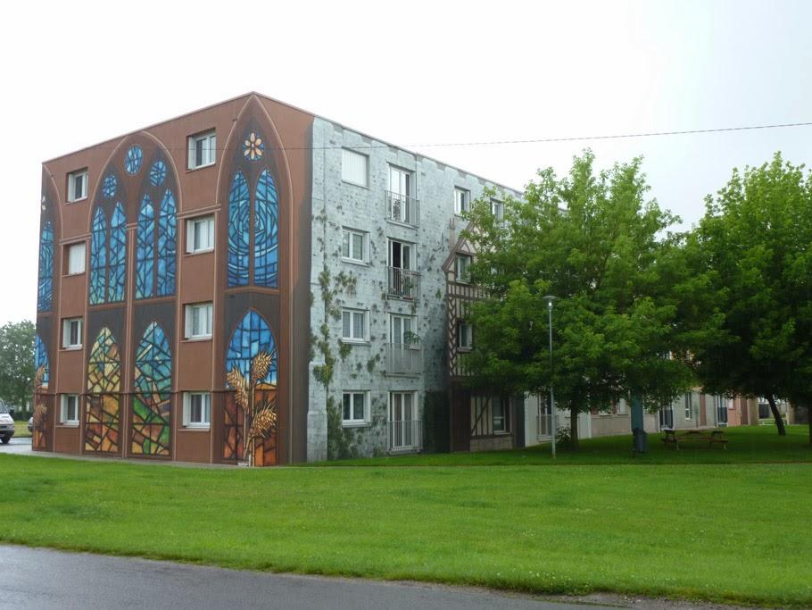 La représentation de vitraux sur le mur pignon fait clairement référence à ceux de la cathédrale.