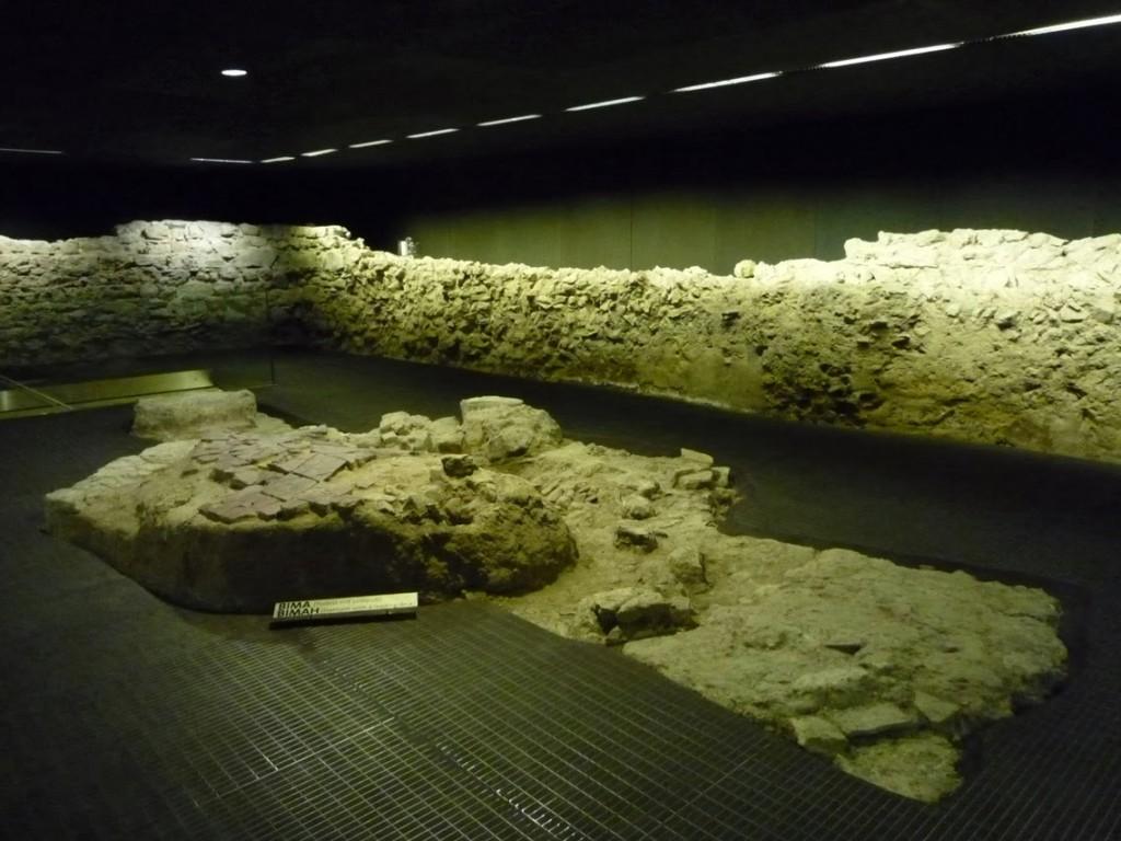 La salle de prière avec les restes de la bimah, l'estrade d'où était lu la torah.
