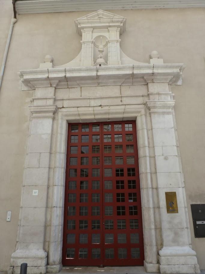 Le portail principal de l'ancien monastère donne sur le parvis de la chapelle.