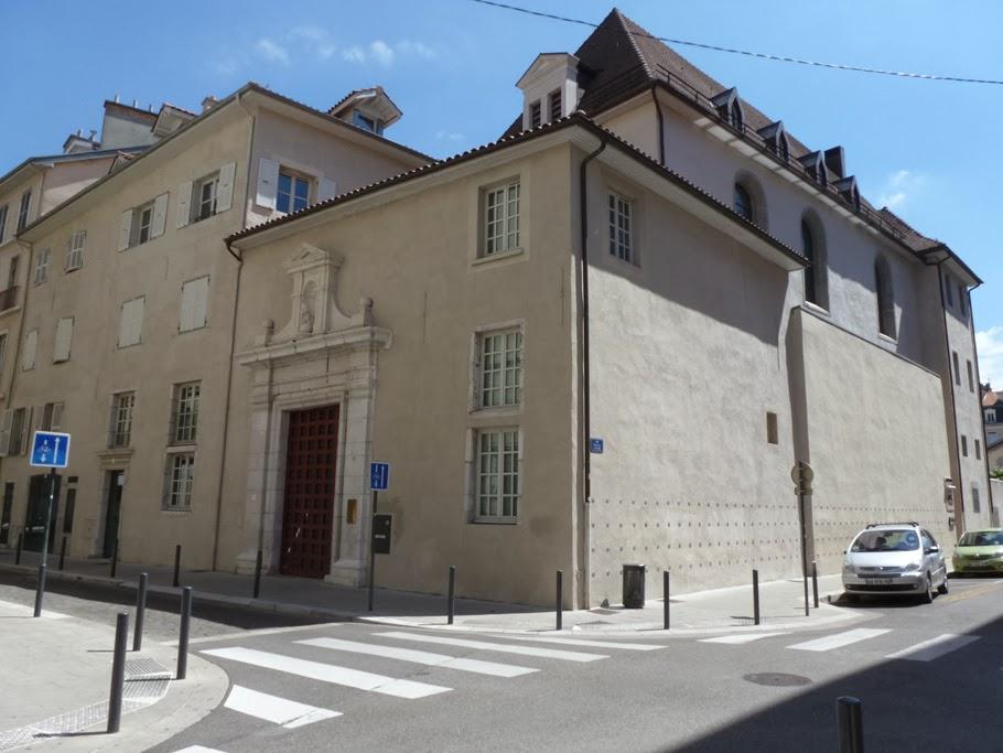 L'ancien monastère Sainte-Cécile avec son portail monumental