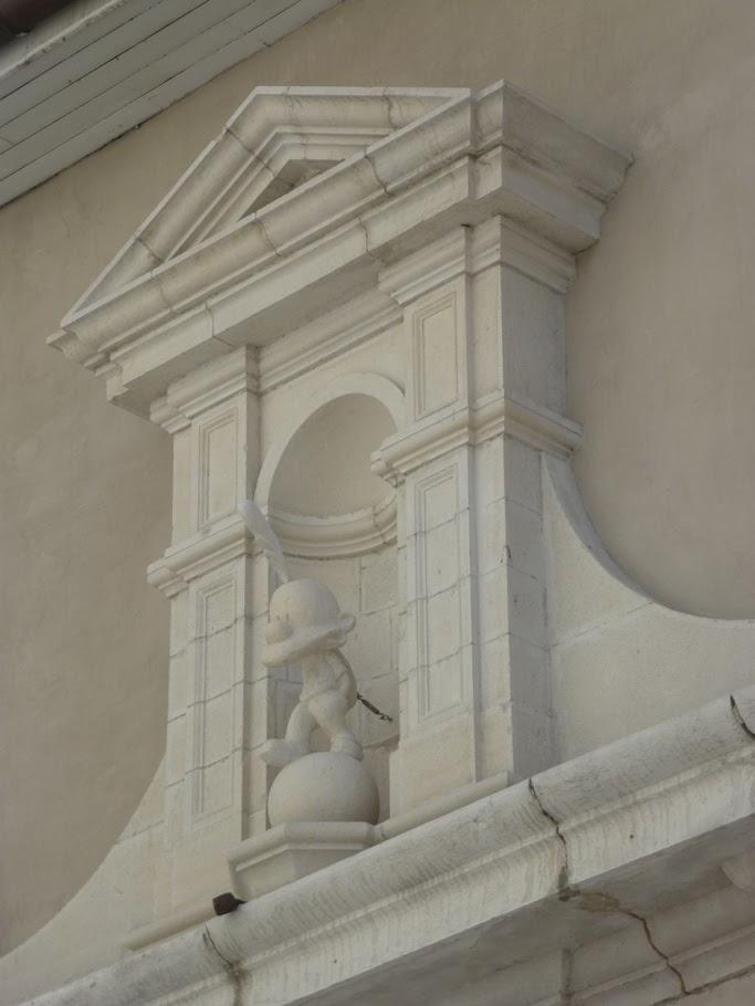 La statue de Titeuf a été installée en mars 2011 dans la niche du portail.