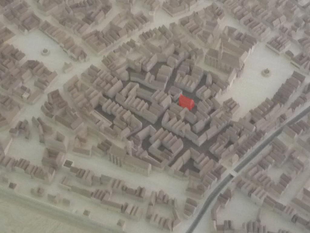 """Maquette de Vienne au début du XVème siècle avec le quartier juif (en marron) entre les deux places du """"Hoher Markt"""" et """"Am Hof"""" et la synagogue (en rouge)"""