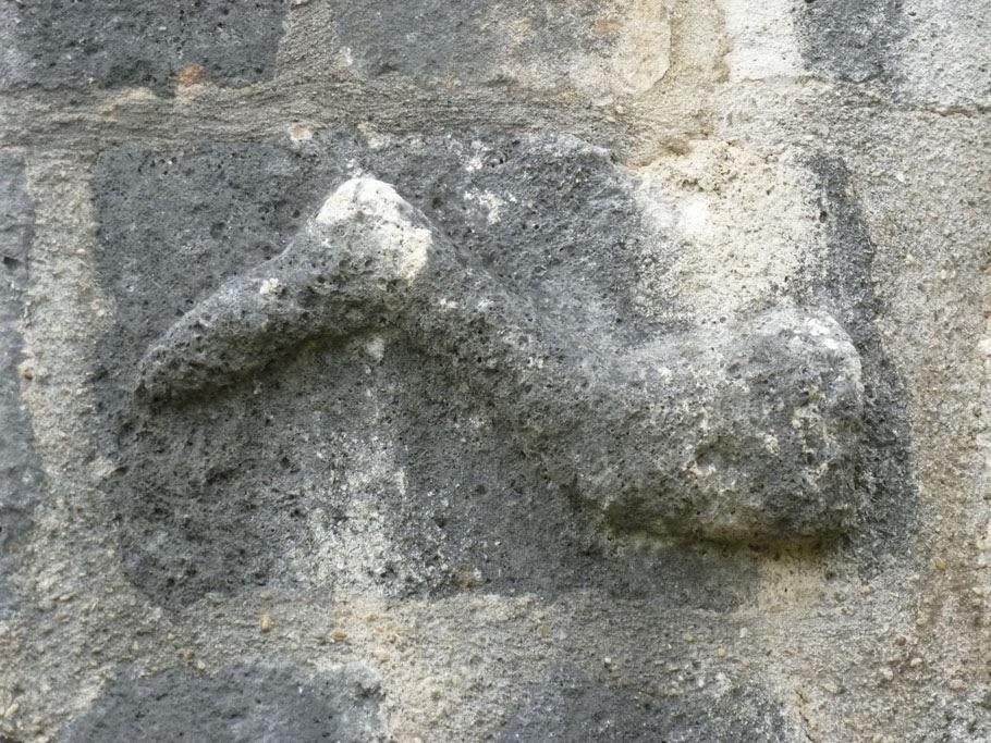 La jambe de Clovis a été grossièrement sculpté sur un bloc de pierre.