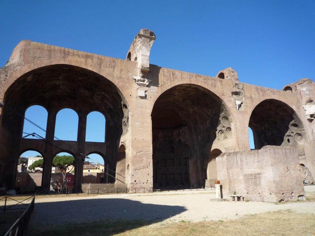 La nef latérale Nord est divisée en trois travées, chacune couverte par une voûte en berceau.
