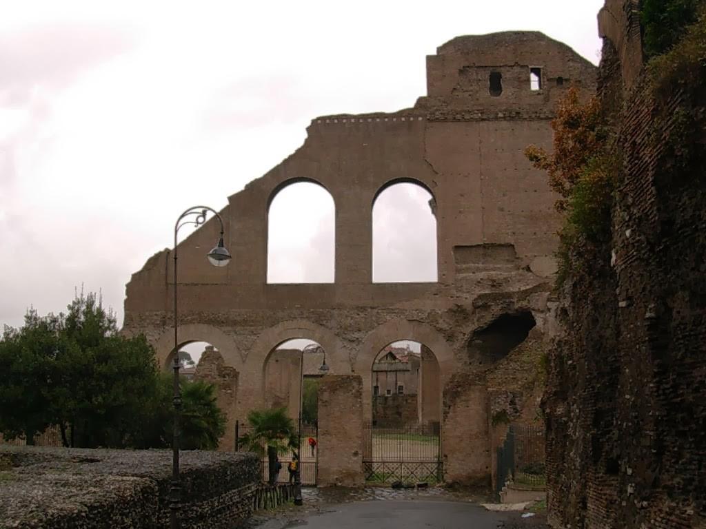 Jusqu'à la fin du IVème siècle, l'entrée se faisait par un vestibule le long de la façade Est.