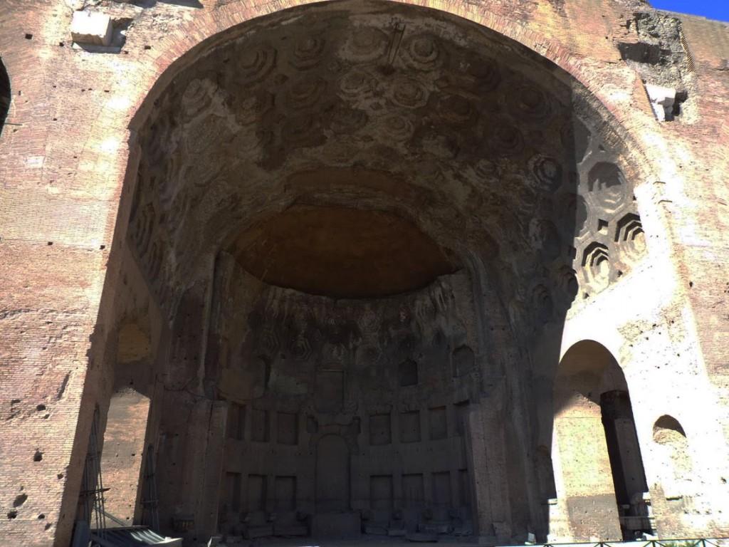 L'abside de la travée centrale a été rajoutée à la fin du IVème siècle (les deux pilastres de la clôture de la zone sont encore visibles)