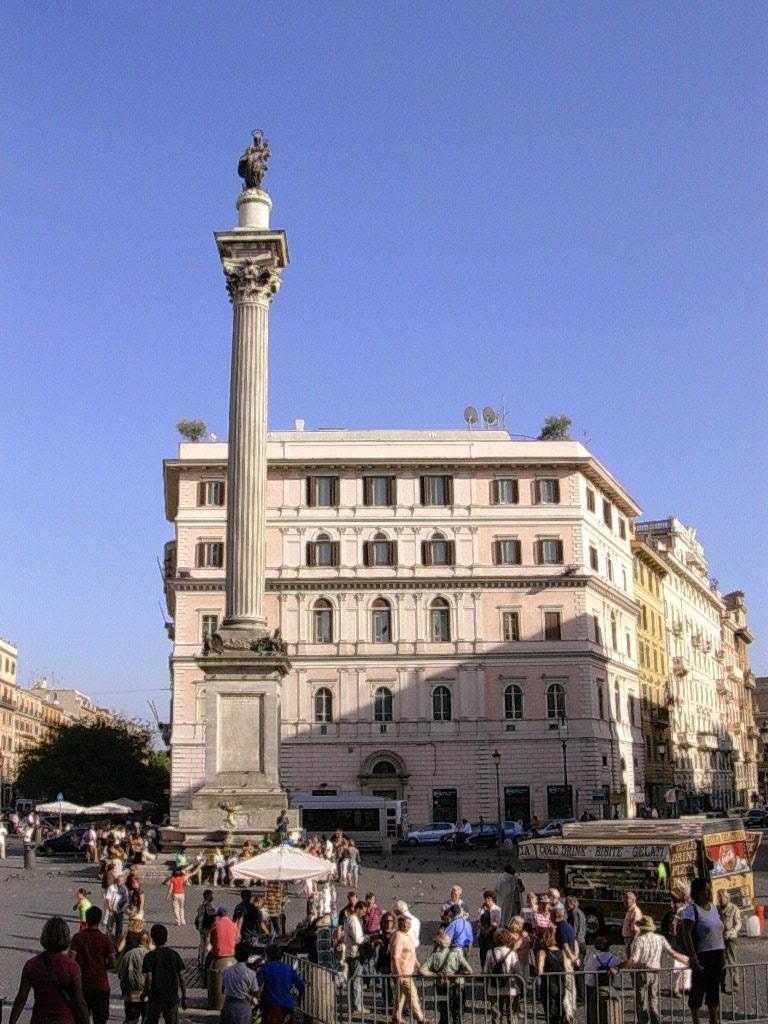 La seule colonne conservée de la nef centrale (sur les huit) est encore visible sur la piazza Santa Maria Maggiore.