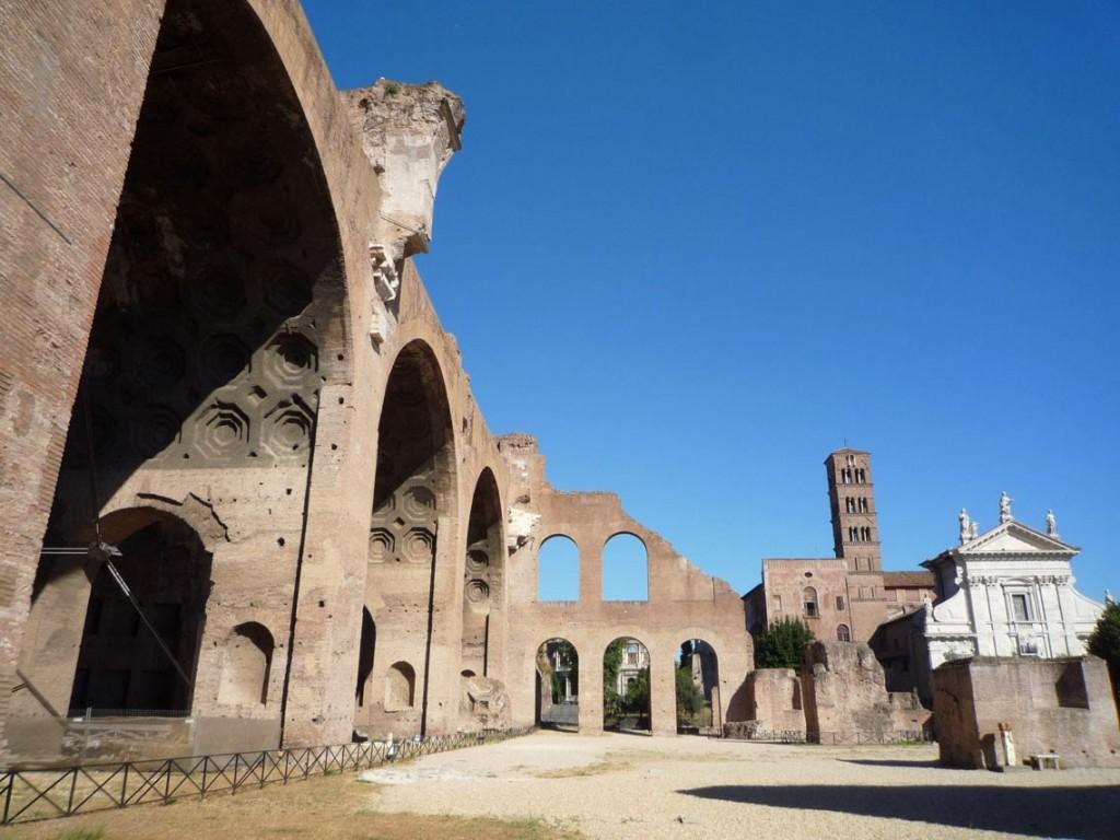 La nef centrale de la basilique vue depuis l'abside occidentale.