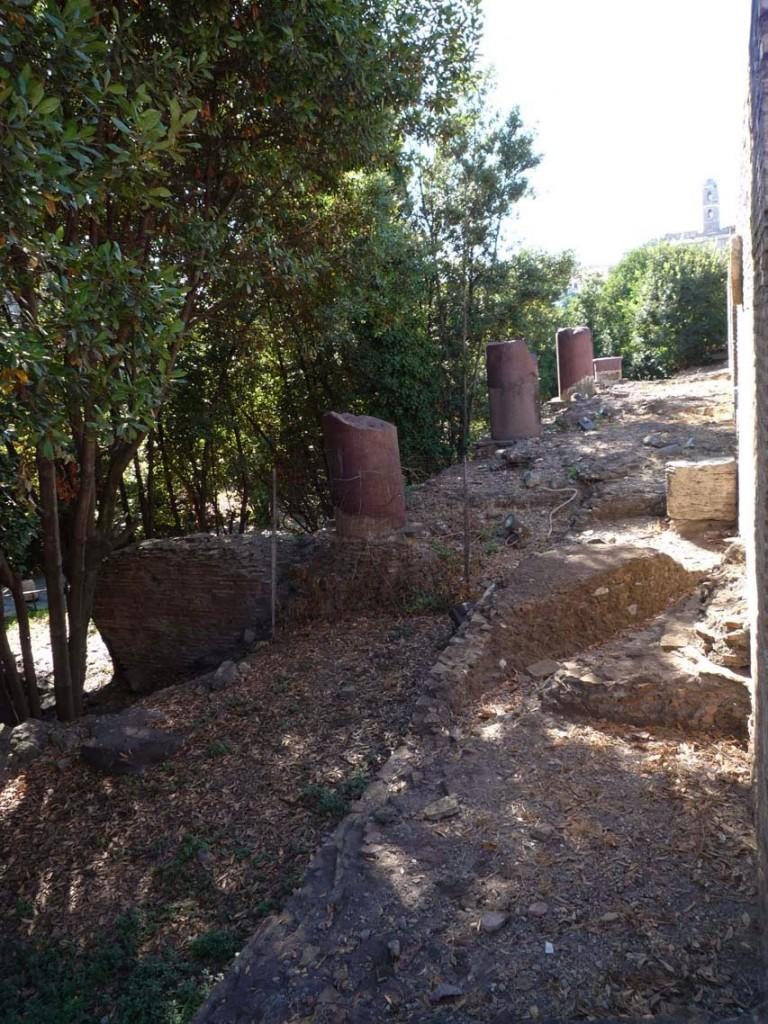 Les restes des colonnes en porphyre du portique de la nouvelle entrée au Sud de l'édifice.