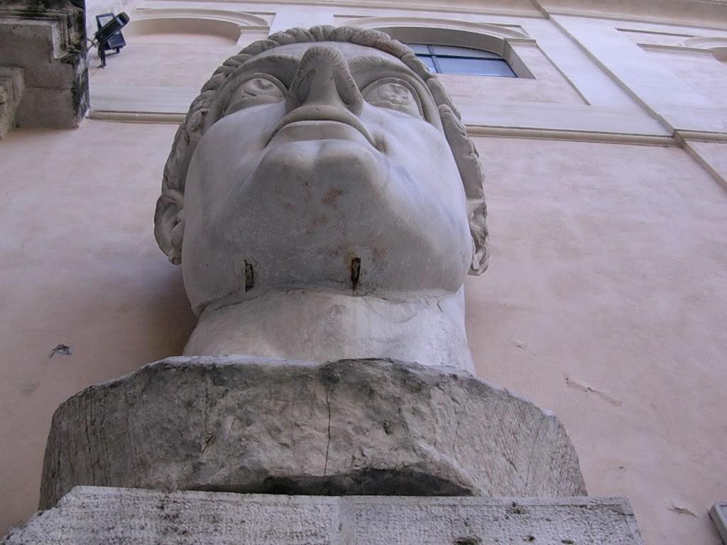 La tête de la statue de Constantin qui occupait l'abside Ouest (h=2,60m).