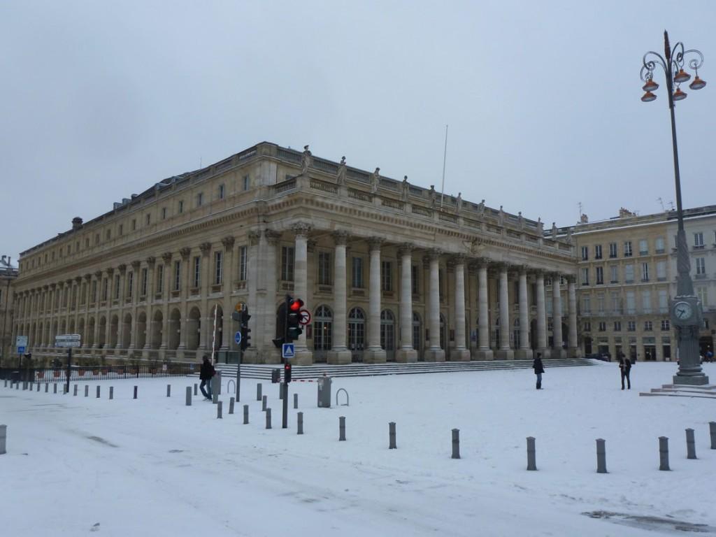 La façade principale avec son portique corinthien donne sur la place de la Comédie.