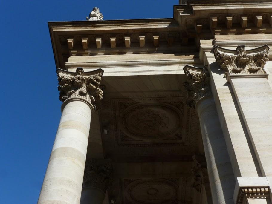 Pour contenir les poussées aux angles du portique, Victor Louis a eu l'idée d'utiliser une armature en fer (non visible) reliant la colonne et l'architrave au mur de la façade.