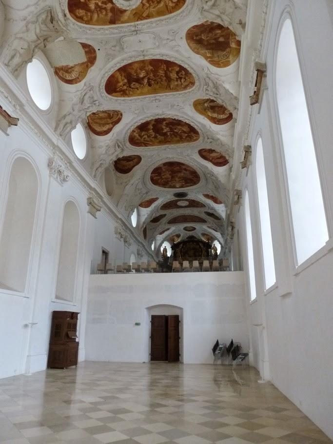 La nef de l'église est divisée par la galerie du cloître: ici la partie réservée aux convers.