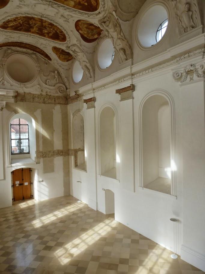 Seulement une partie de la décoration baroque de la fin du XVIIe a été reconstituée.