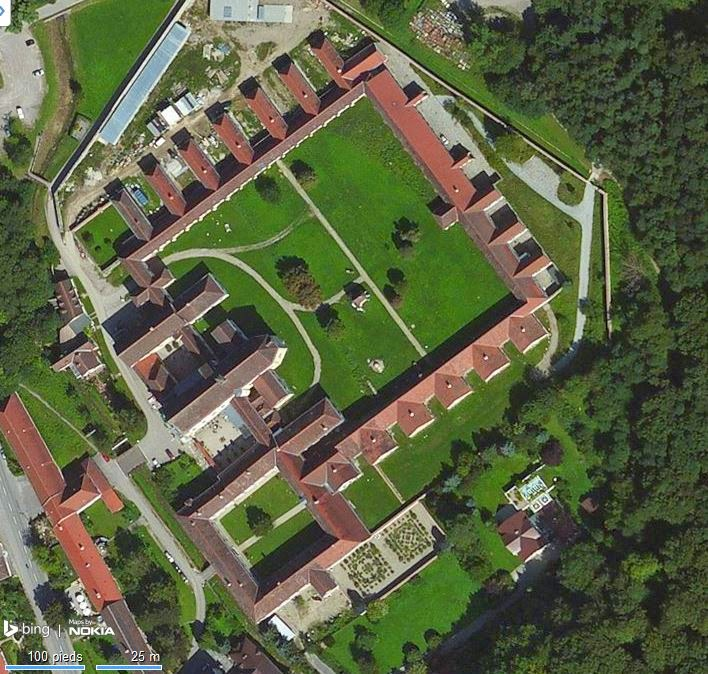 L'église est traversée par le cloître qui est considéré comme le plus long d'Europe (500 mètres).