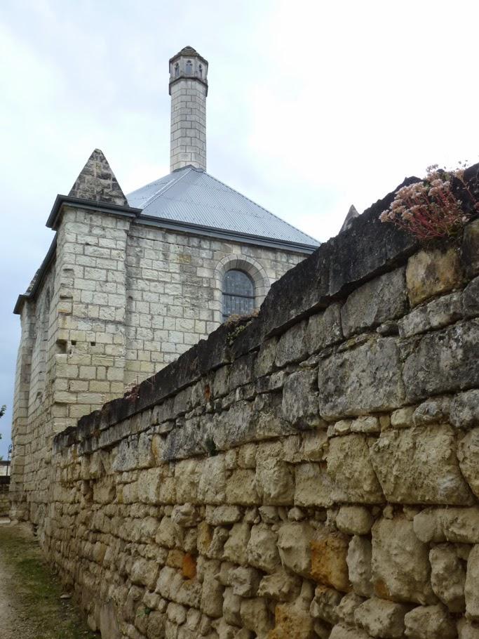 La chapelle Sainte Catherine est surmontée d'une lanterne des Morts à Fontevraud-l'Abbaye (49).