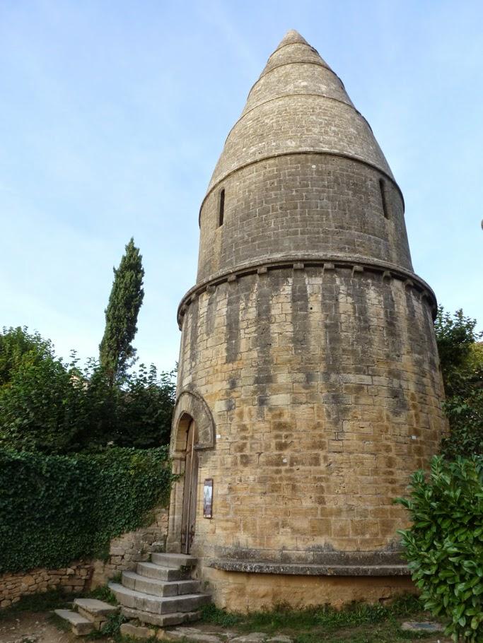 La lanterne des Morts a été construite au XIIe dans ce qui était un cimetière (à l'origine celui de l'abbaye) avant le transfert de ce dernier au XIXe et sa division en parcelles.