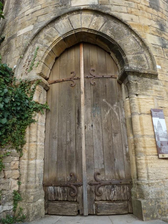 La porte d'accès à la chapelle est encadrée par deux deux colonnes encastrés avec des chapiteaux à feuilles lisses.