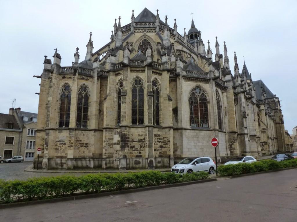 Le chevet gothique a été érigé au début du XIIIe puis reconstruit au XIVe et XVe suite à un incendie.
