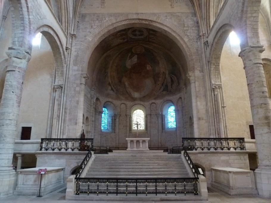 La voûte du chœur roman est ornée d'une fresque du XIIe représentant un Christ en gloire.