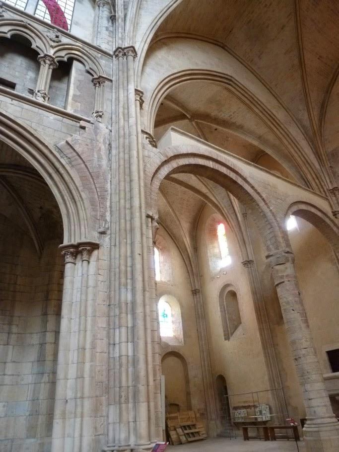 La jonction entre la nef gothique et le transept roman est parfaitement visible.