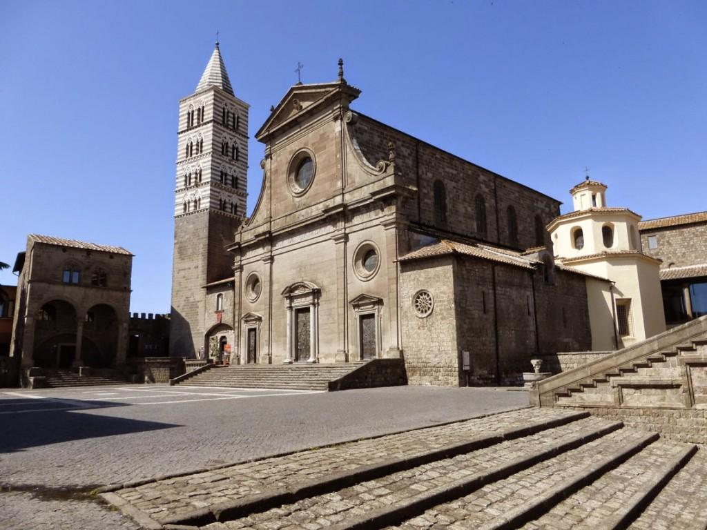 La façade de la cathédrale Saint-Laurent a été totalement reconstruite au XVIe siècle. De la façade romane, deux roses de pierre ont été conservées, dont une est visible sur le mur des chapelles latérales (sur la photo).