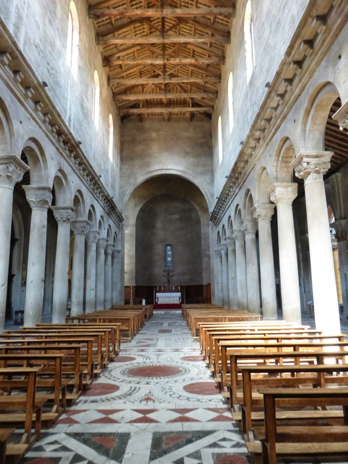 """Le choeur baroque est totalement caché par l'abside """"romane""""qui permet de retrouver le volume médiéval originel."""