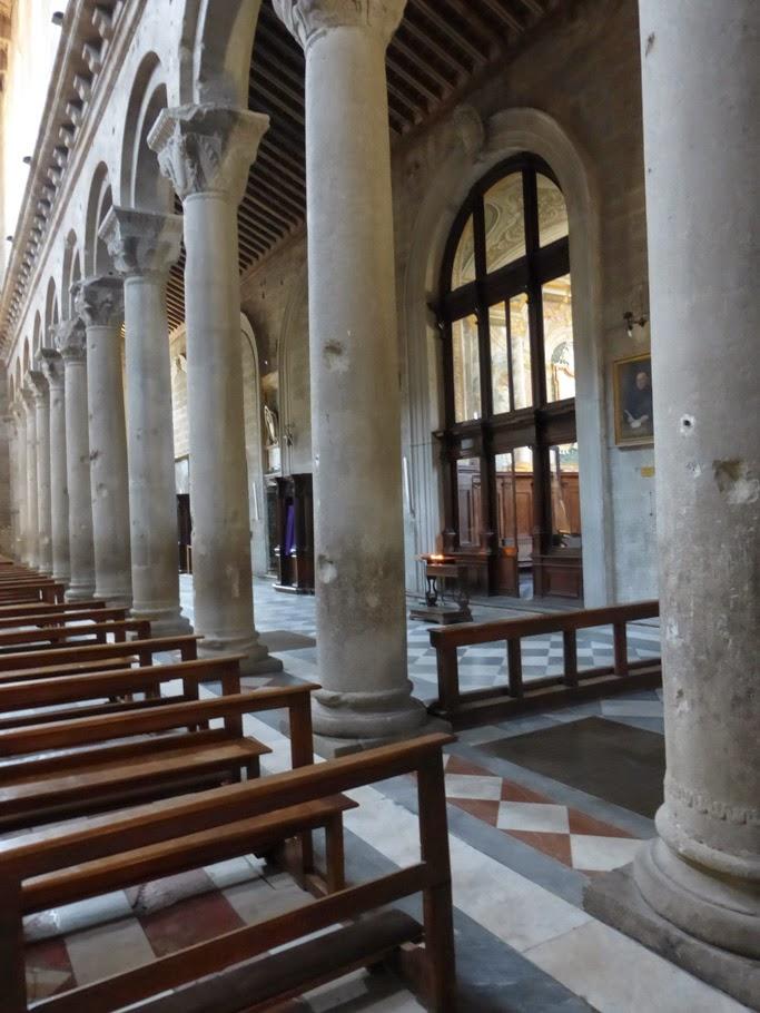 Les traces laissées par la bombe qui a explosé avant de toucher le sol de la nef en 1944, sont encore visibles sur les colonnes.